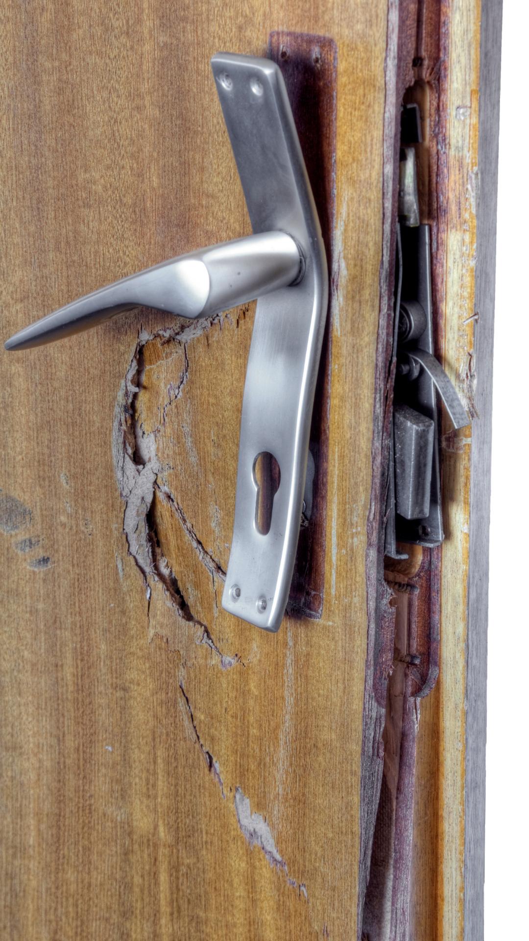 broke door locksmith needing an emergency locksmith